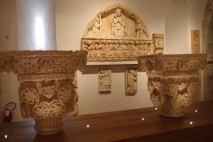 Atypické hlavy stĺpov pochádzajúce z hradu