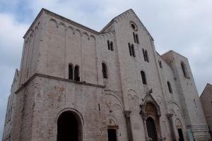 Strohá románska fasáda Baziliky sv. Mikuláša, vďaka ktorej pôsobí takmer ako hrad alebo pevnosť