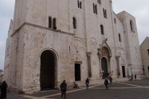 Strohá románska fasáda Baziliky sv. Mikuláša