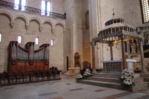 Hlavný oltár a organ, trochu atypické umiestnenie.. vzadu vidieť biskupský trón