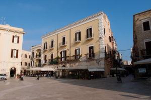 Námestie Piazza Mercantile s reštauráciami