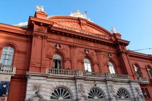 Teatro Petruzzelli - Zľava busty Belliniho, Verdiho a Rossiniho