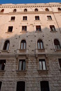 V uliciach Muratovej štvrte sa nájdu aj domy z typickou vápencovou fasádou