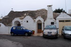 Bohužiaľ, ako všade v Taliansku, i v Alberobelle sú autá prakticky všade, i v tých najmenších uličkách