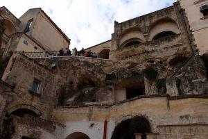 Turisti si fotia Materu z vyhliadky pri námestí Piazza Vittorio Veneto