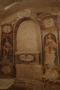 Fresky chrámu sv. Viliama vytesaného v skale - S. Silvester a sv. Barbora