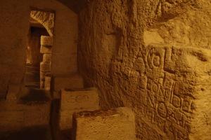 Útroby chrámu sv. Petra, sedadlá v sakristii