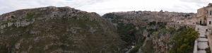 Náprotivný kopec s jaskynnými obydliami