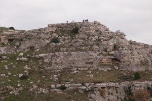 Turisti na kopci oproti