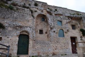 Za touto stenou sa ukrýva do skalyvytesaný chrám Santa Lucia alle Malve