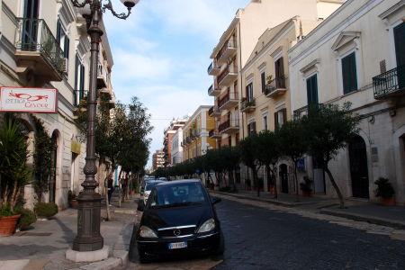 Uličky Trani sú malebné, ale asi ako všade v Taliansku, dobrým fotkam bránia všadeprítomné autá
