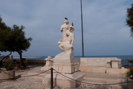 Sochy na promenáde Lungomare Colombo - romantika