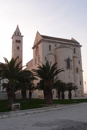 Katedrála sv. Mikuláša Pútnika je charakteristická vysokou hlavnou loďou
