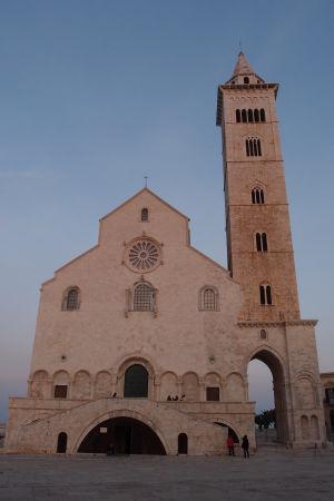 Katedrála sv. Mikuláša Pútnika - Za povšimnutie stojí zvýšený vchod, vrchol staršej stavby je prakticky akýmsi prvým poschodím katedrály a je ľahko rozpoznateľný