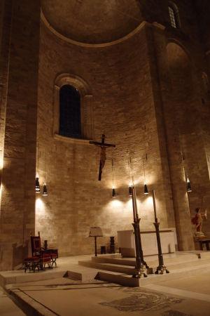 Hlavný oltár je vcelku skromný
