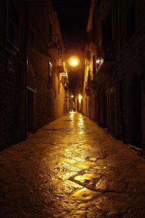 V nočných uličkách Trani