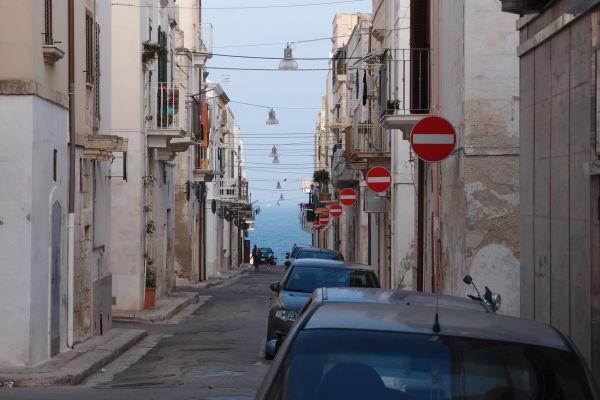 Kamenné uličky mestečka Polignano a Mare - zákaz vjazdu kam sa pozrieš