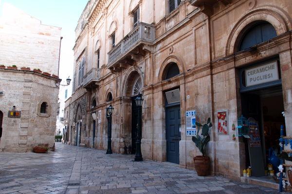 Malebné kamenné uličky v Polignane a Mare