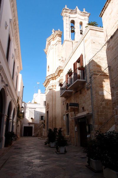 Malebné kamenné uličky v Polignane a Mare - Kostol očistca (Chiesa del Purgatorio)