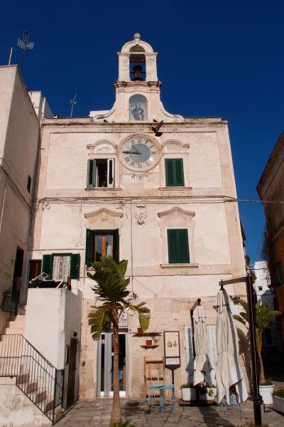 Dom s hodinami (Casa dell'Orologio) - jedna z najznámejších budov mesta, ktorej hodiny majiteľka dodnes naťahuje ručne