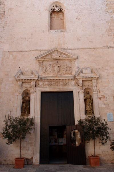 Vstupný portál bývalej Katedrály Nanebovstúpenej Matky Božej v meste Polignano a Mare