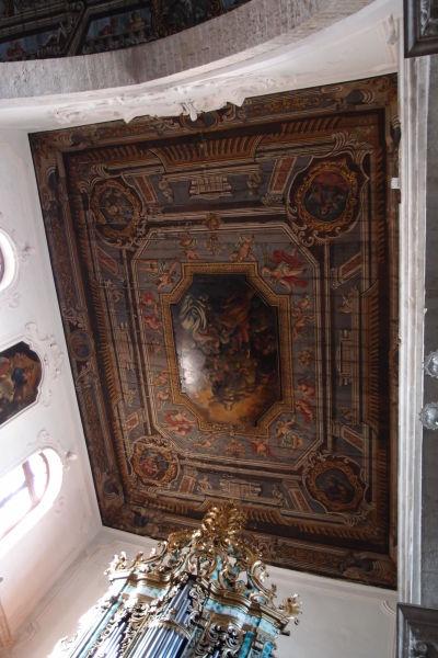 Bohato zdobený strop bývalej Katedrály Nanebovstúpenej Matky Božej v meste Polignano a Mare