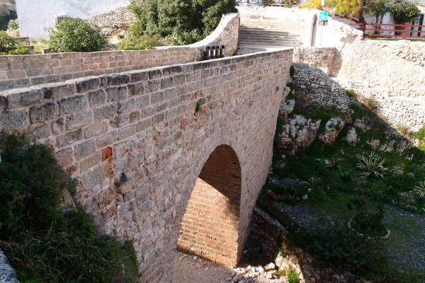 Rímsky most z druhého storočia, ktorý bol súčasťou cesty Via Traiana a ktorý pretína koryto vyschnutej riečky Lama Monachile v Polignane a Mare