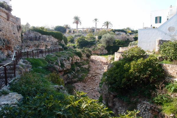 Prístupová cesta ku korytu vyschnutej riečky Lama Monachile v Polignane a Mare