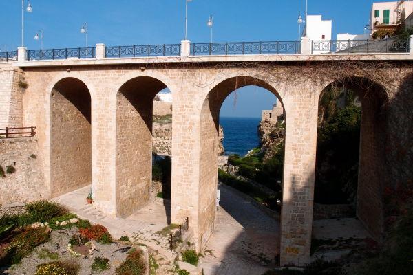 Most z 19. storočia postavený za vlády Bourbonovcov v Polignane a Mare a pretínajúci vyschnuté koryto riečky Lama Monachile