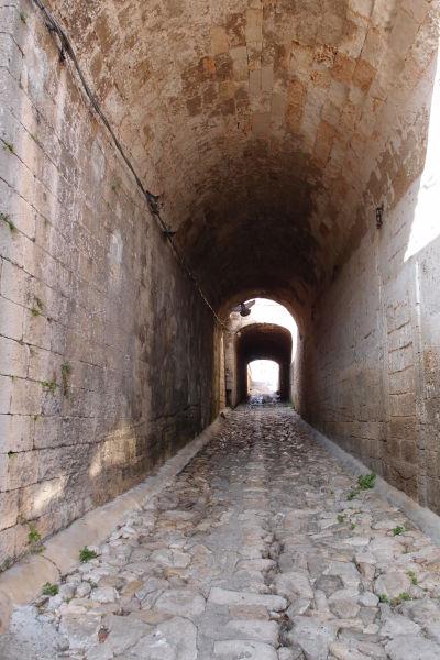 Tunel vedúci ku korytu vyschnutej riečky Lama Monachile v Polignane a Mare