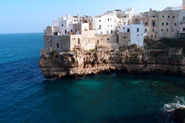 Útesy nad Jadranským morom s bielymi domčekmi - typická panoráma mestečka Polignano a Mare
