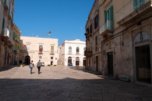 Námestie Piazza Municipio v Molfette - v pozadí vľavo mestská radnica, vpravo okresný úrad