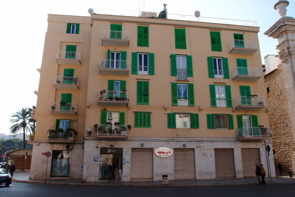 Typicky jadranská budova v benátskom štýle na ulici Corso Dante Alighieri v Molfette