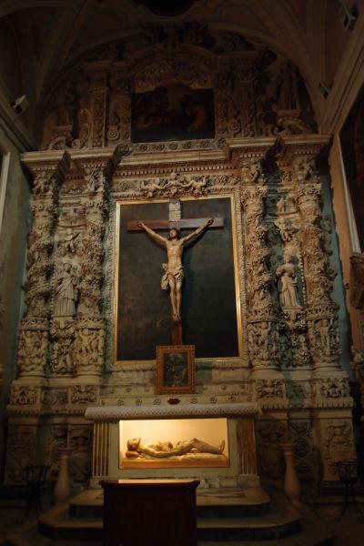 Bohato zdobený bočný oltár - Katedrála Nanebovzatia Panny Márie (Cattedrale di Santa Maria Assunta) v Molfette