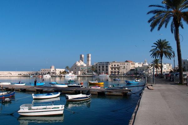 Hlavné prístavisko v Molfette s pobrežnou promenádou a historickým centrom
