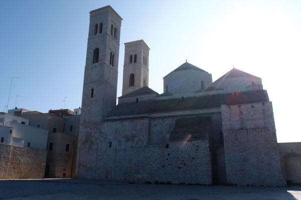 Duomo sv. Konráda v Molfette - historický a kedysi hlavný chrám Molfetty s tromi kupolami a dvomi vežami