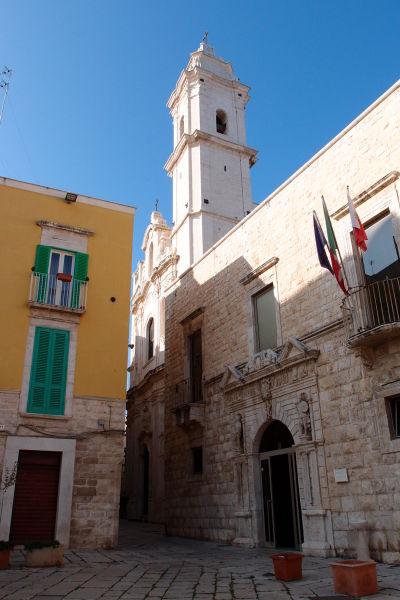 Kostol sv. Petra Apoštola (Chiesa San Pietro Apostolo) v Molfette na námestí Piazza Municipio