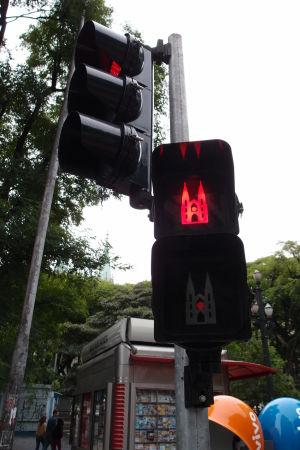 Semafory pre chodcov v centre São Paula majú vždy obrázky miestneho monumentu - Katedrála