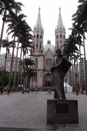 Katedrála a socha apoštola sv. Pavla
