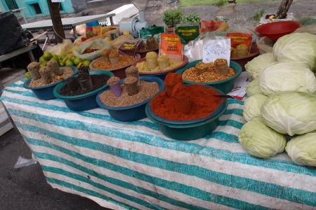 Trh s ovocím a zeleninou v štvrti Bela Vista - Korenie
