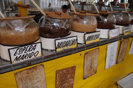 Trh na námestí Praça Benedito Calixto - Vo food courte sa dajú ochutnať rôzne miestne špeciality
