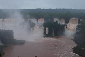 Vodopády Iguazú z brazílskej strany - často sa zdvihne opar vody rozprášenej dopadom, ktorý na chvíľu vodopád zahalí