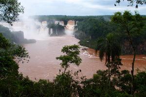 Vodopády Iguazú z brazílskej strany - rieka Iguazú je sfarbená na červeno kvôli pôde uvoľnenej pri dažďoch