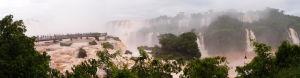 Vodopády Iguazú z brazílskej strany - mostík pre turistov - Panoramický pohľad