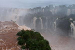 Vodopády Iguazú z brazílskej strany - Pohľad priamo spod / sponad vodopádu