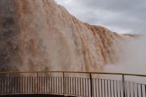 Vodopády Iguazú z brazílskej strany - V bezprostrednej blízkosti vodopádu