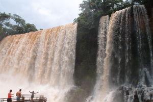 Vodopády Iguazú si v Argentíne môžu turisti užiť pekne zblízka