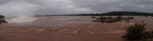 Panoráma rieky Iguazú tesne predtým, ako sa voda vrhne do Diablovho hrdla (vľavo)