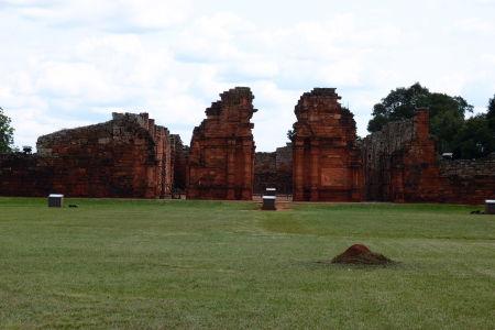 Ruiny jezuitskej misie San Ignacio Miní - Hlavné nádvorie a kostol