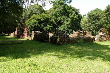 Ruiny okolitých budov